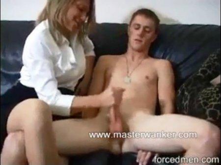 Мама дрочит сыну
