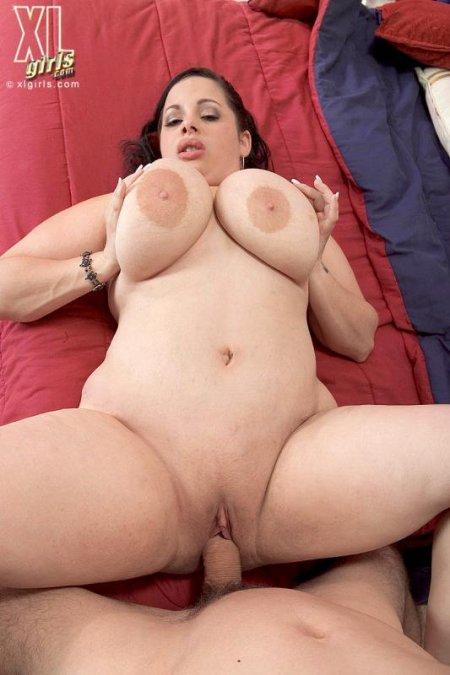 Жарит огромную толстуху на диване (ФОТО)