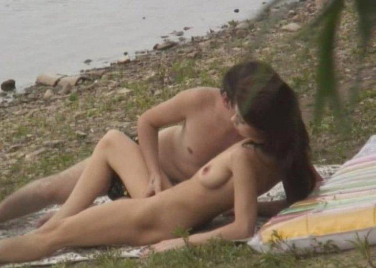 seks-devushek-na-beregu
