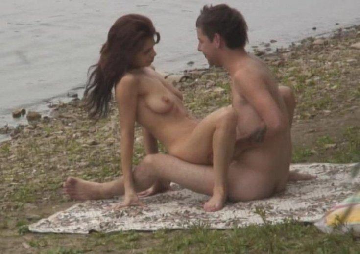 девушка в деревне купается а за ней подсматривает секс