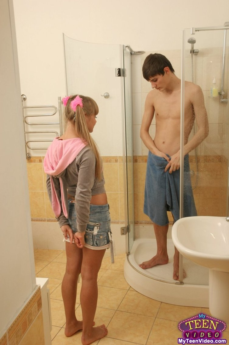 Привёл голую в полотенце сестру из ванной в спальню и трахнул