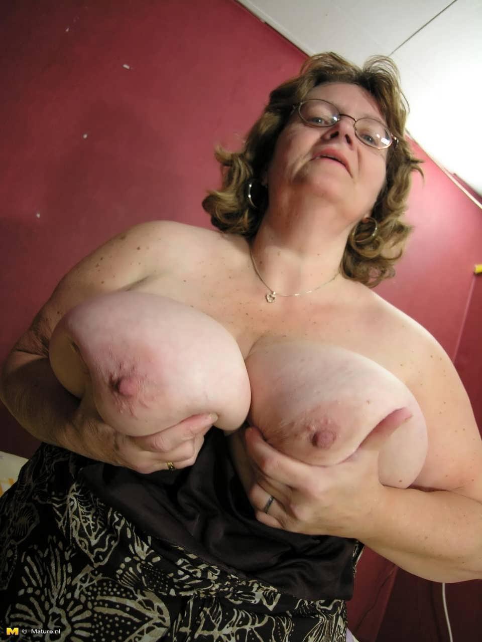 Развратная бабушка получила в жопу огромный член 9 фотография