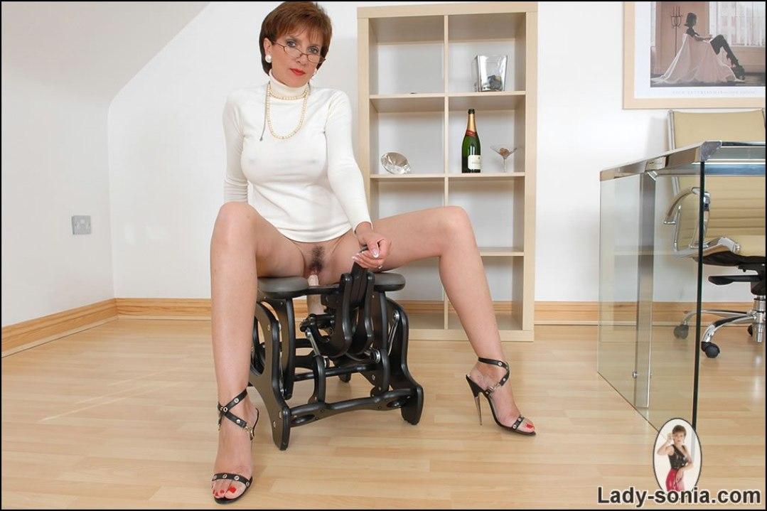 С пиздой на вылезающим тренажоре членом стуле