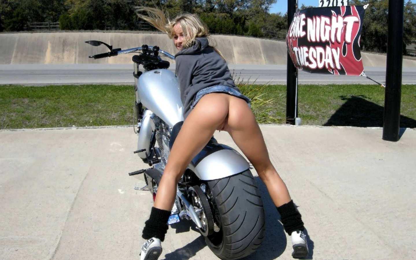 С голой жопой на мотоцикле 4 фотография