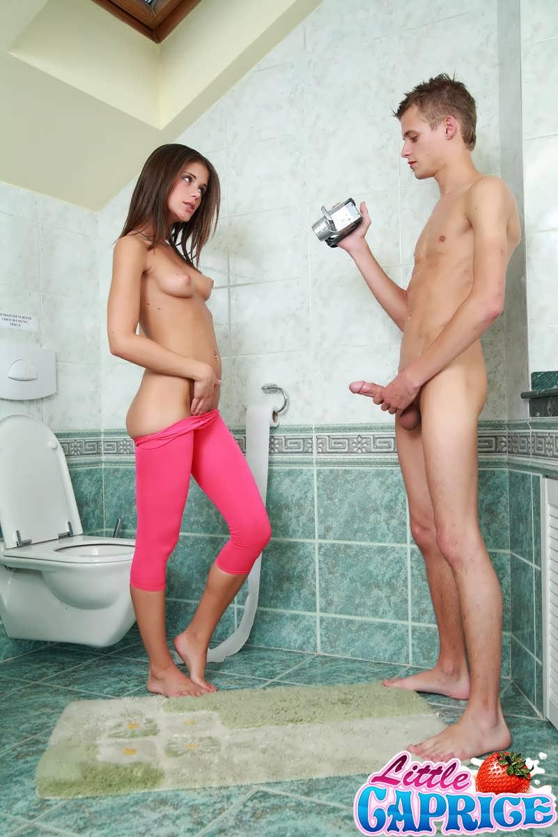 Секс с сестра и брат на туалет