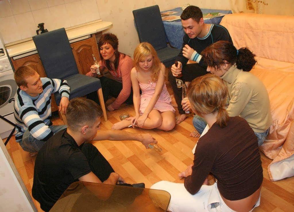 студентки развлекаются на квартире