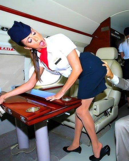 Две стюардессы ублажают пассажира в полете (ФОТО)