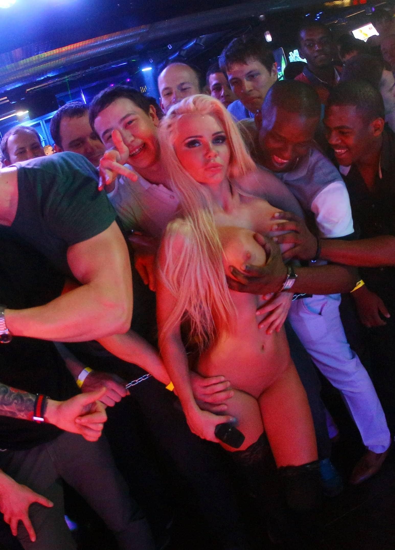 Сосет прям в клубе 9 фотография