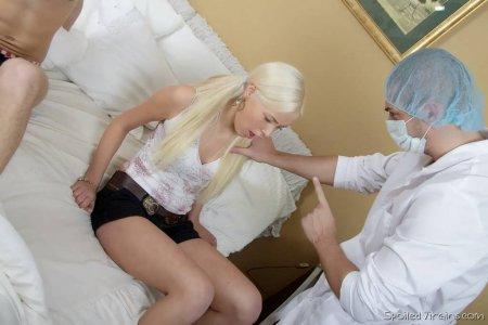 Сбили целку и порвали попу спермоглотке (ФОТО)