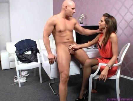 Девушка проводит порно кастинг среди мужчин
