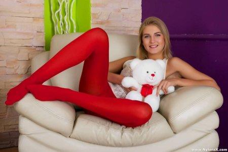 Ебется в попу девчушка в красных колготах (ФОТО)