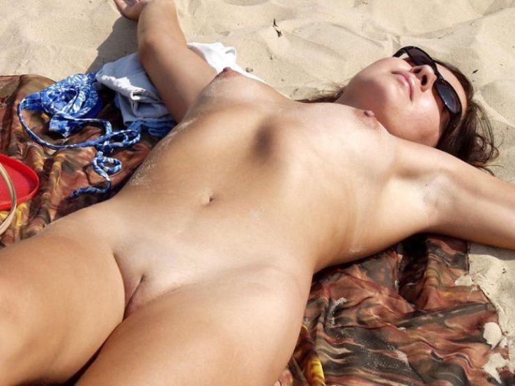 Фото голеньких пизденок на пляже фото 192-78