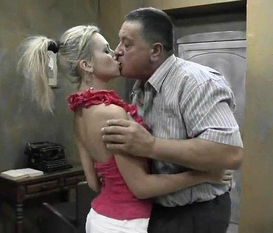 porno-foto-frize-molodih-grudastimi-blondinochkoy-chulkah
