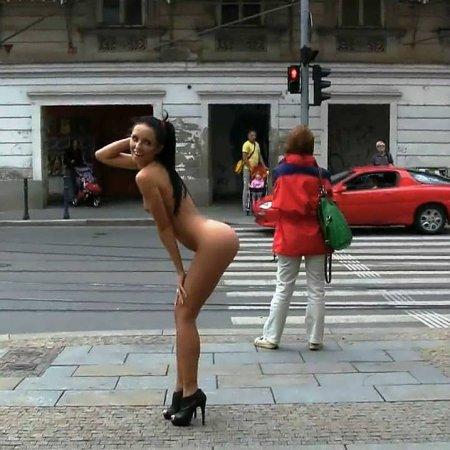 Видео голышом по улице фото 55-638