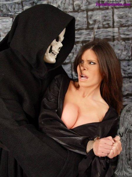 Жестокое изнасилование ведьмочки на Хэллоуин (ФОТО)