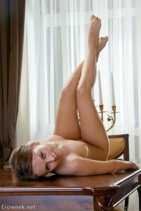 Русская скромница очень откровенно на столе (ФОТО)