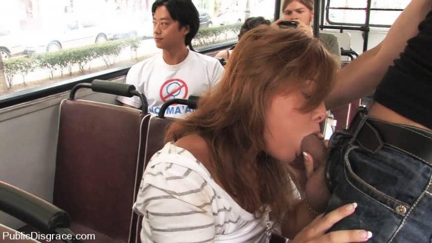 сосет в автобусе.фото