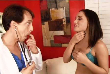 Лор разрабатывает горло пациентке (HD ВИДЕО)