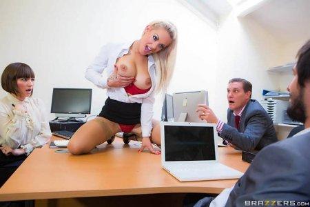 Повертел на стояке нахальную секретаршу (ФОТО)