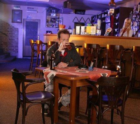 Официантке в попку прорядил (ФОТО)