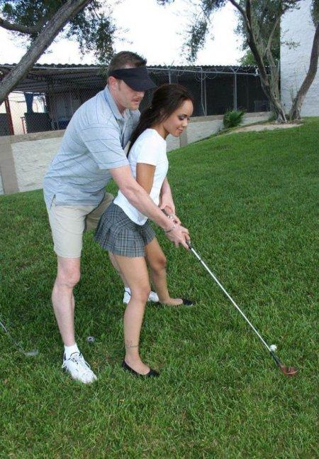 Берет в рот у тренера по гольфу (ФОТО)