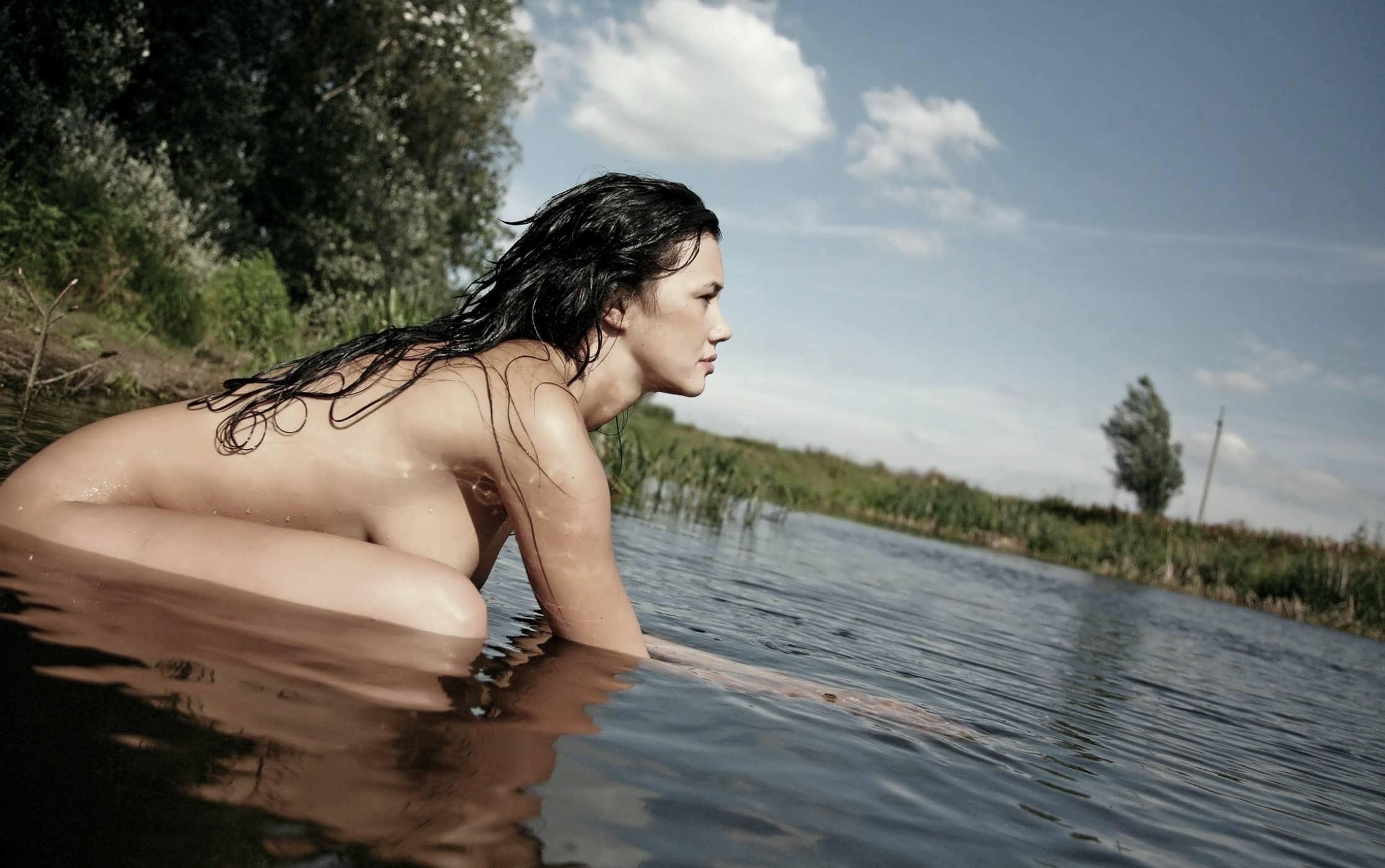 У реки ню 19 фотография