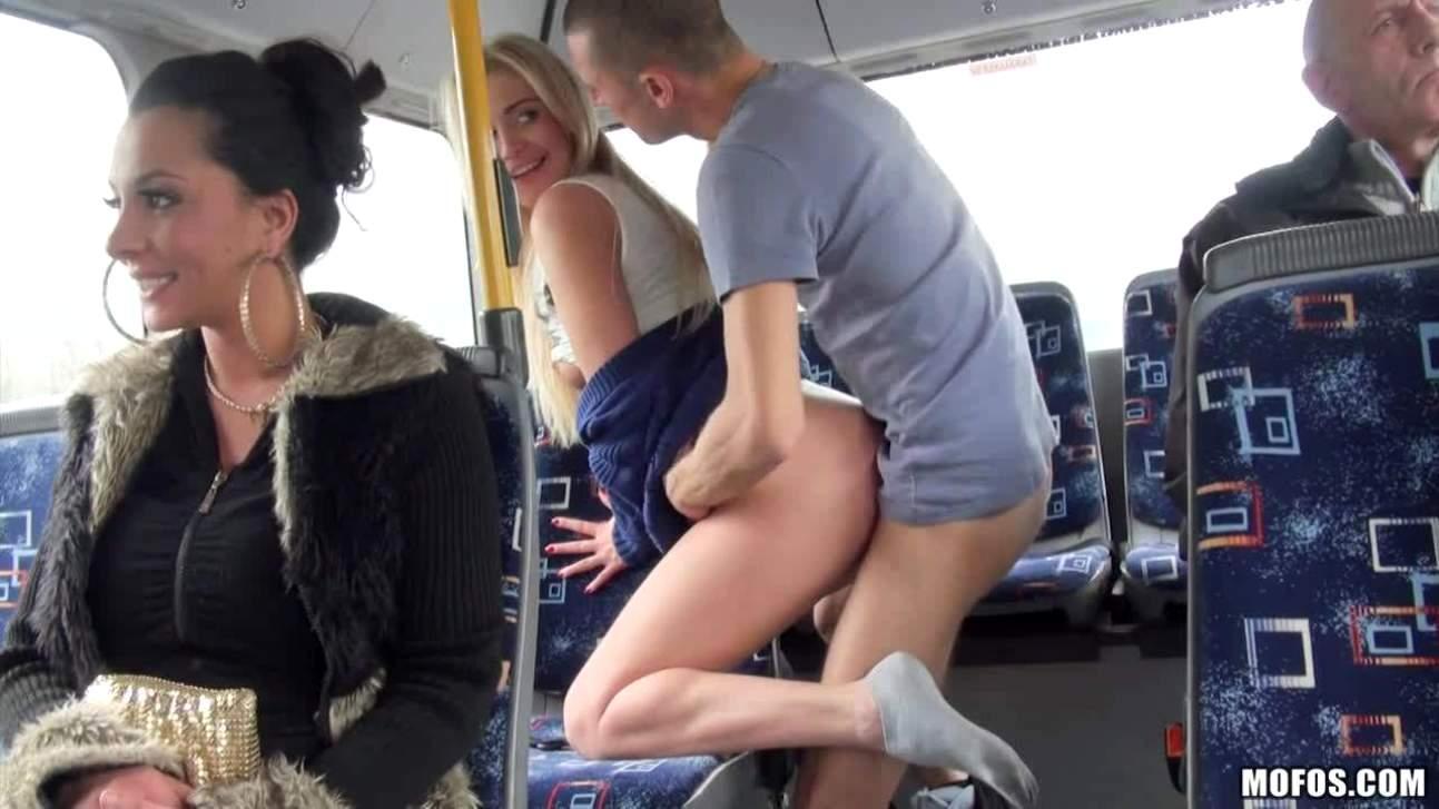 Порно видеоы в автобусе в чулках в трамвае