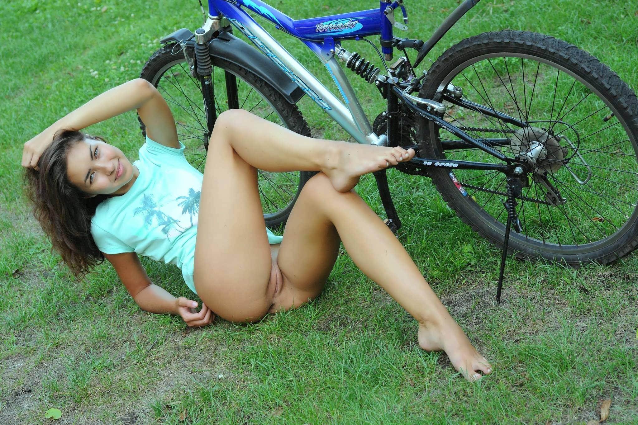Оргазм на велосипеде видео, сисястая мамочка хочет