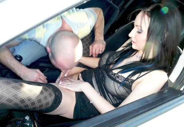 порно заставила отлизать в машине