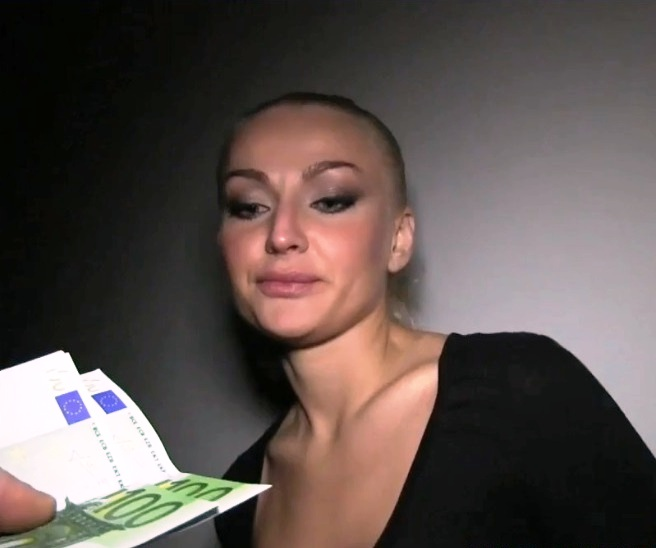 Блондинка с большими сиськами Dani Jensen занимается мастурбацией  на столе в кабинете перед фото ка