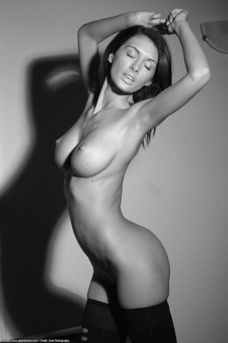 Красотка в гетрах при интимном освещении (ФОТО)