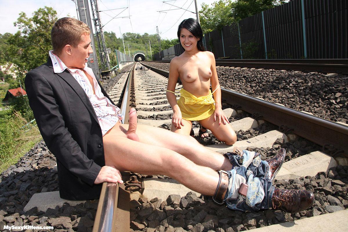 Рельсах на голый парень и девушка
