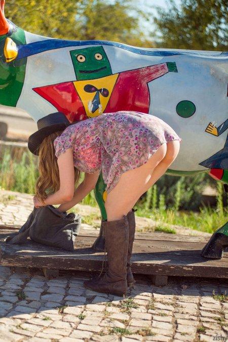 Селянка утоляет жажду своим молоком (ФОТО)