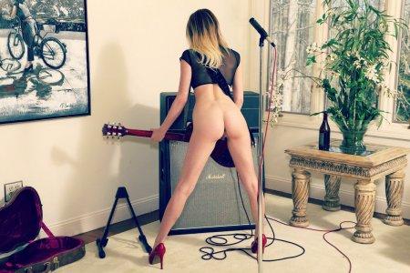 Соло-гитаристка снимает трусы (ФОТО)