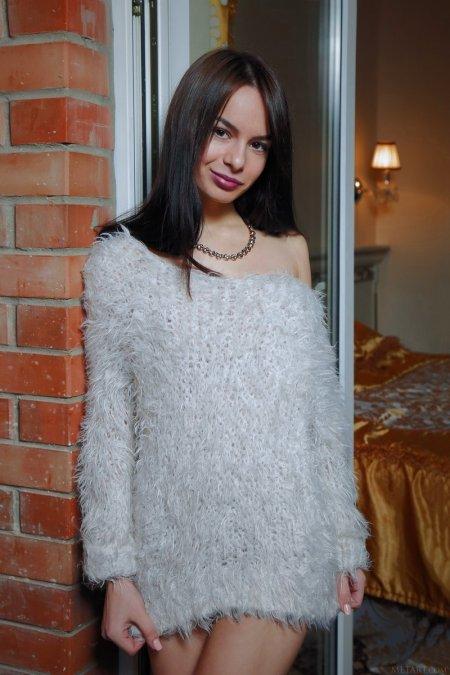 Роскошную красотку пуловер не согревает (ФОТО)