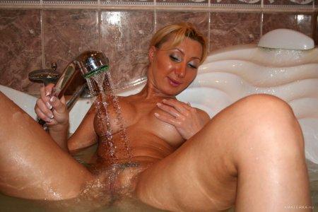 Охуенная сучка плещется в воде (ФОТО)
