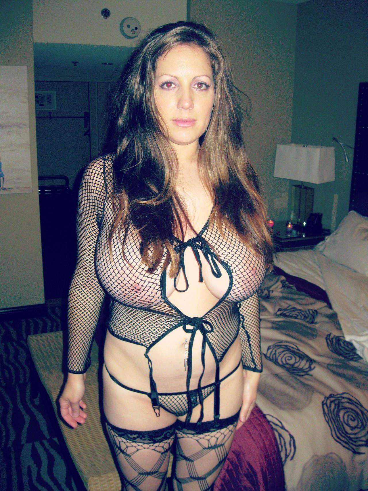 Сексуальная зрелка с большими сиськами в прозрачном нижнем белье