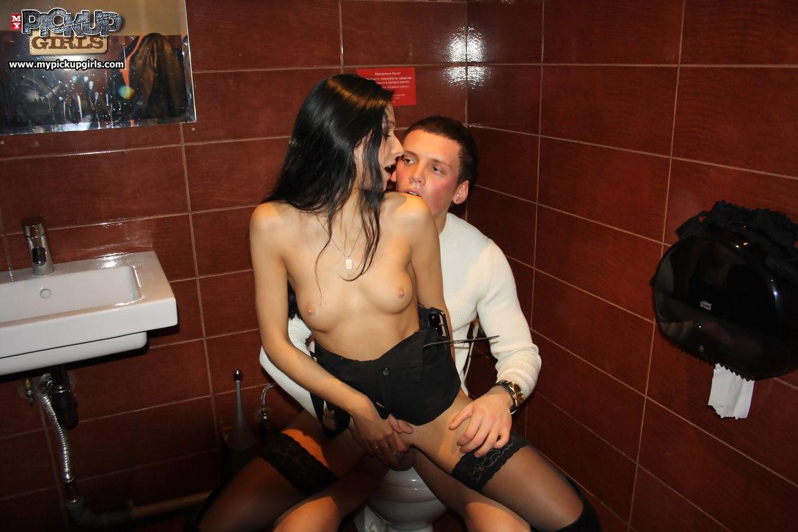 парни раскрутили девку на секс в туалете