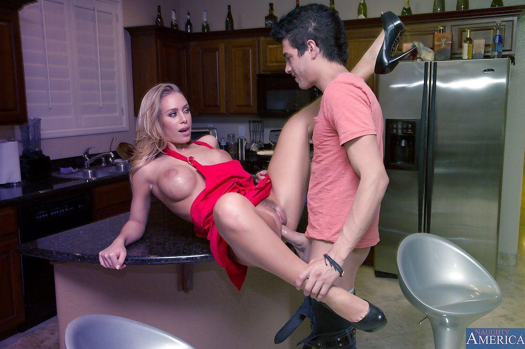 Порно в кухне жена сантехником