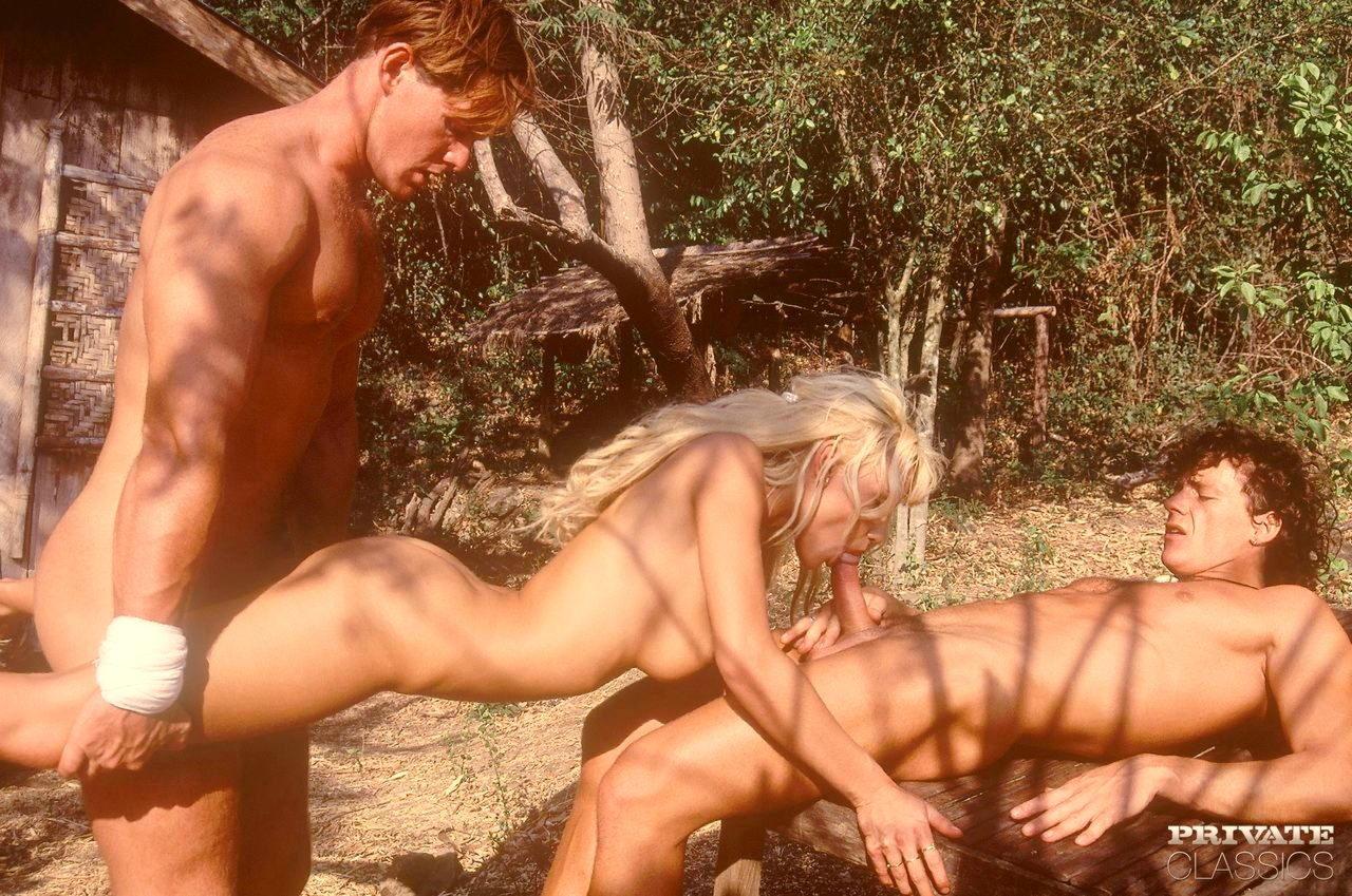 Трахает девку в сарае, Деревенское порно в деревне - Сельское с доярками на 8 фотография