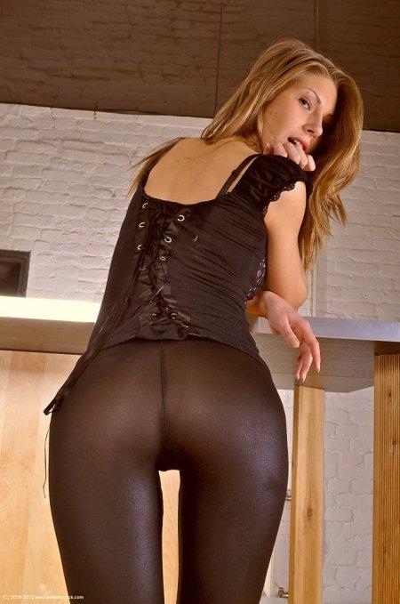 Популярная порнозвезда сосет в леггинсах (ФОТО)