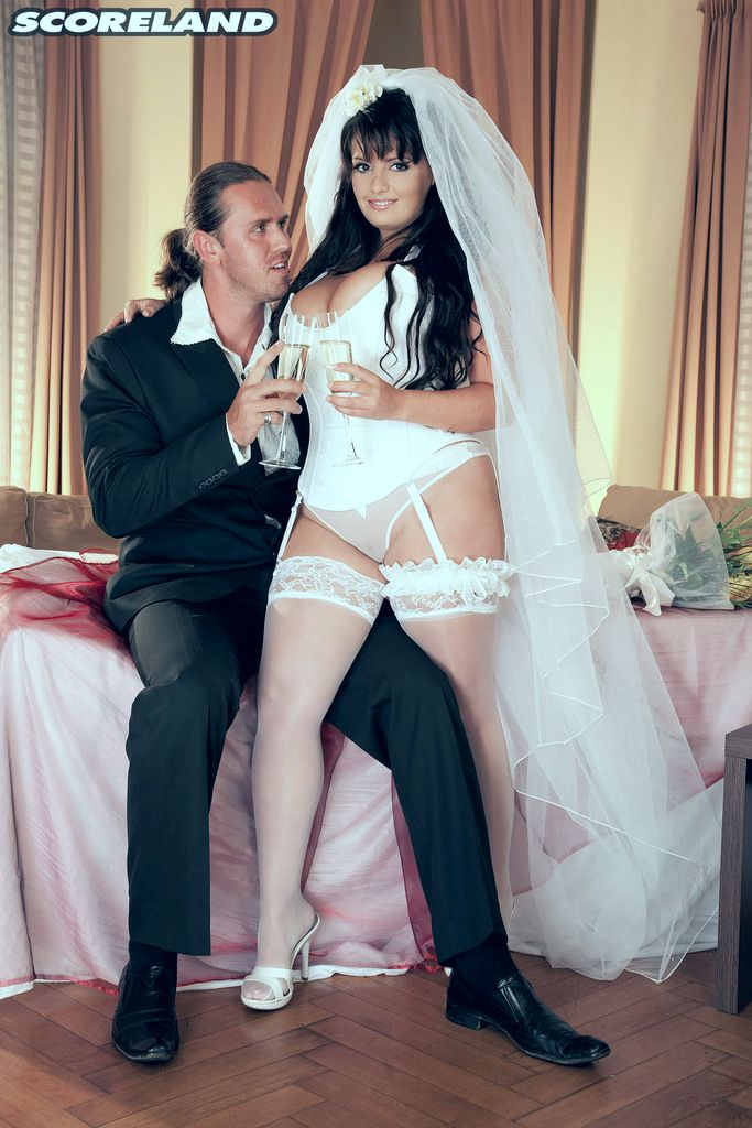 Невеста на свадьбе показала сиську