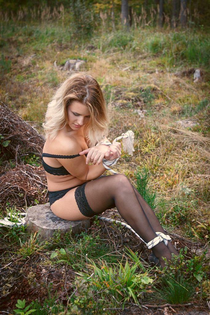 Фото голые девушки связанные в лесу