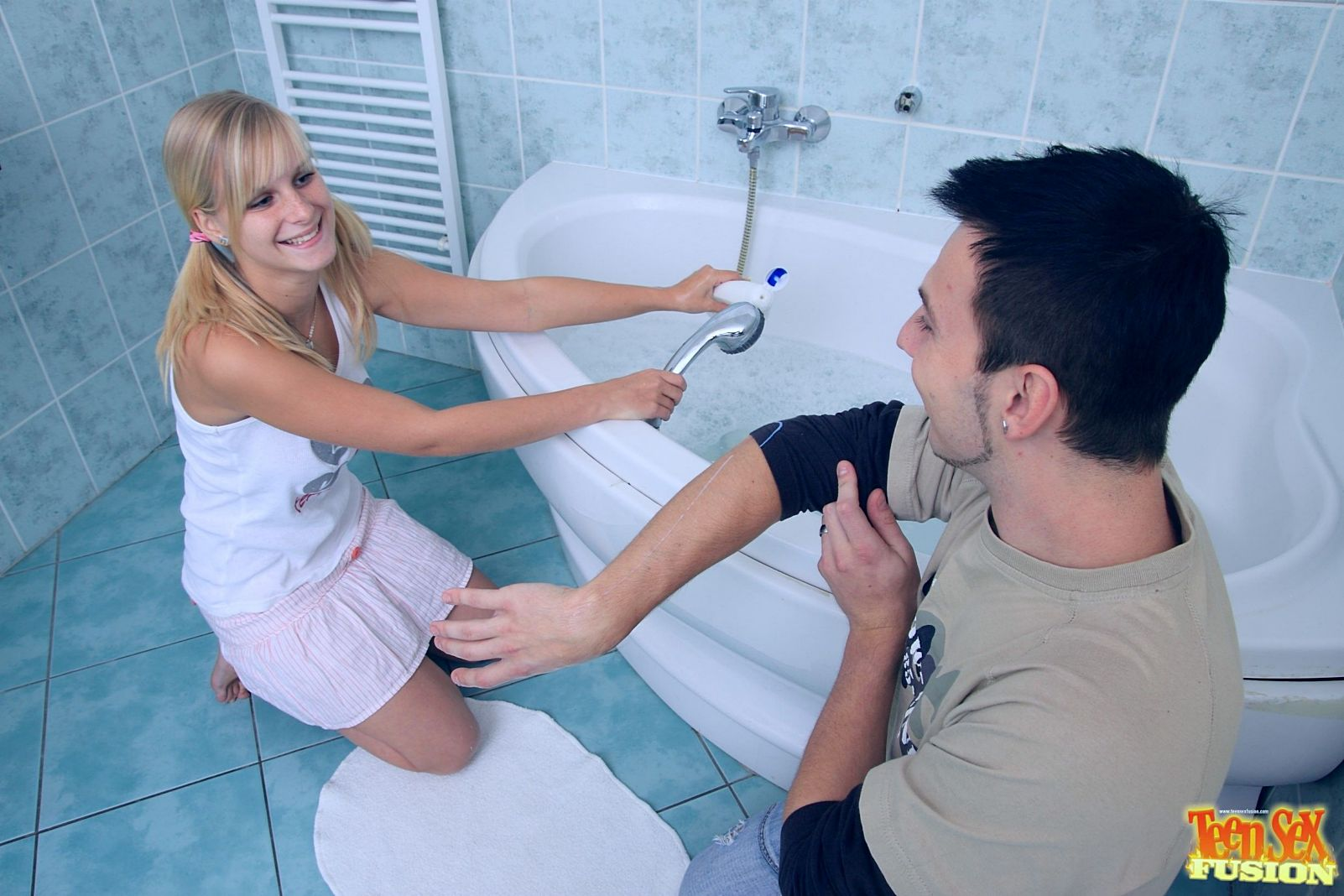 Сочная тёлка в пенной ванной