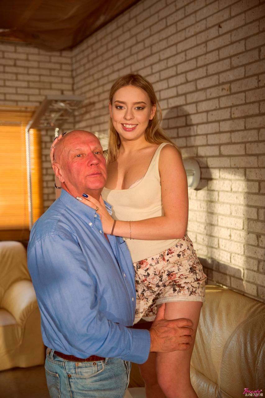Порно трахают квартиранток, домашнее фото в красивых трусиках