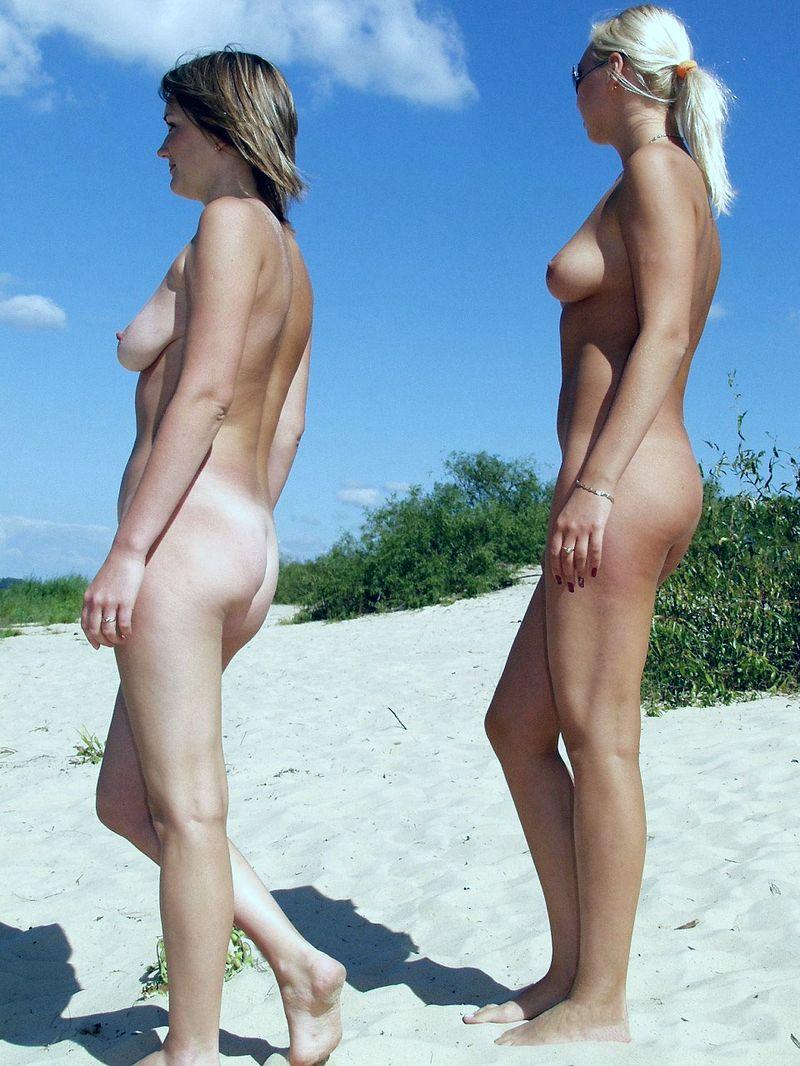 Молодежь пришла на нудистский пляж позагорать