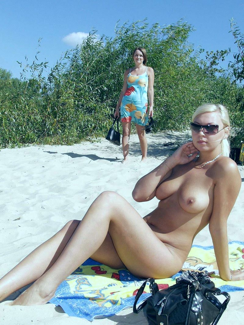Бабы нудистки на берегу моря