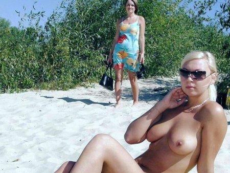 laskanie-grudi-erotika-i-porno-na-plyazhe-ayden