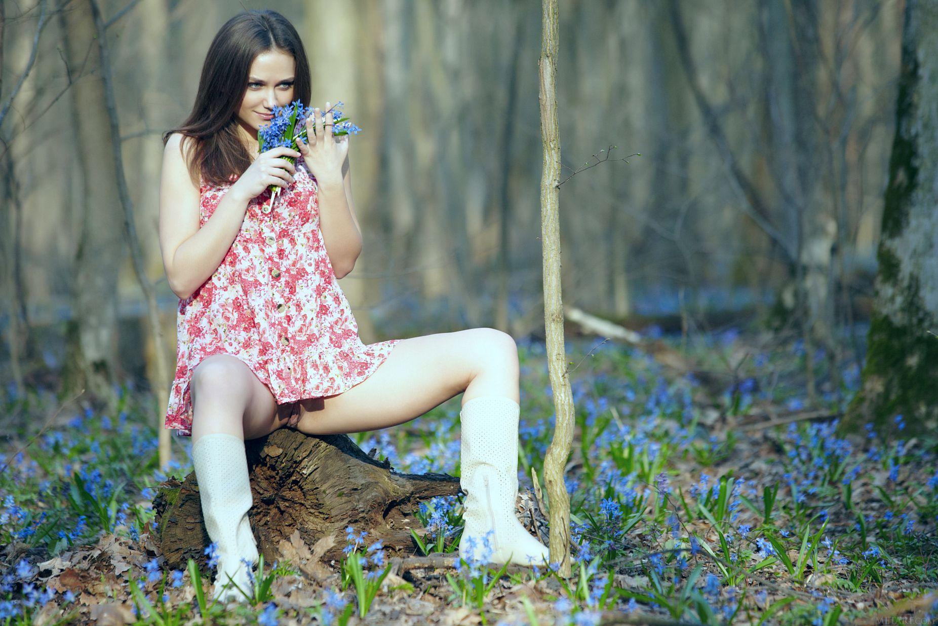 Фото короткие платья без трусиков, Девушка в коротком платье без трусиков. Фото 5 фотография