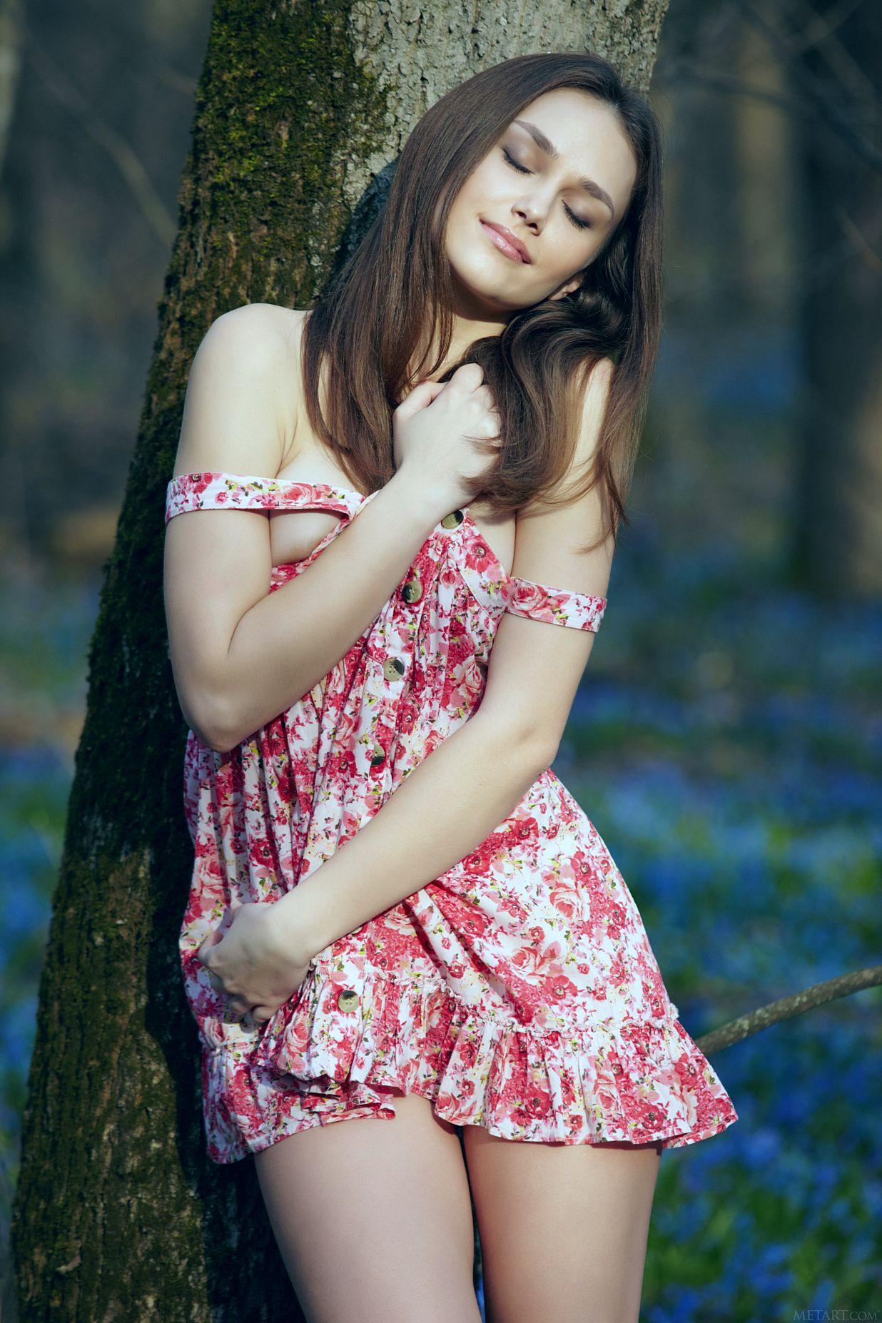 Свежая супермодель в коротком платье без нижнего белья